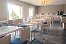 Salón comedor del Hotel Rocatel, en Canet de Mar. Servicio de Bed& Breakfast