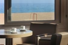 Bar del Hotel Rocatel con vistas a la playa Cavaio de Canet de Mar